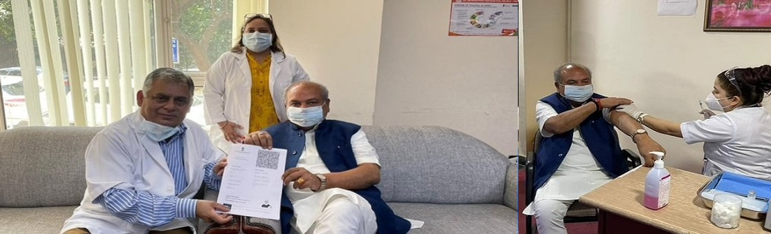Shri Narendra Singh Tomar, Hon'ble Minister of Agriculture & Farmers Welfare getting vaccinated against COVID-19 ( 2nd dose 8th April, 2021).