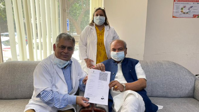 Shri Narendra Singh Tomar, Hon'ble Minister of Agriculture & Farmers Welfare vaccinated against COVID-19